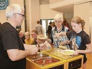 Eine grosse Zahl von Mitgliedern der drei kirchlichen Gemeinschaften arbeiteten im Hintergrund und im Service mit. (Bild: Josef Bischof)
