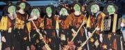 Die Räbahäxa gehen an der Bernecker Schnitzelbank auf Abschiedstour. Von links: Susann Mettier, Vera Indermaur, Karin Hongler, Hedi Enzler, Gabi Kuster, Sandra Thurnherr, Nicole Schatt und Silvia Maurer. (Bild: pd)