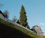 Die Beflaggung der Mauer des «Klösterlis» ob Wattwil anlässlich von «Arthur#10» im Winter 2016 war die letzte Kunstaktion von Kunsthallen Toggenburg. (Bilder: Michael Hug)