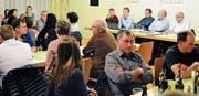Daniel Kühnis, Pascal Benz, Harald Herrsche, Peter Kobler und Karl Loher (rechts hinten, von links) beantworteten Fragen zu ihren Körperschaften. (Bild: Max Tinner)