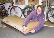 Ramona Weder bei der täglichen Arbeit – sie bezieht einen Autositz neu. (Bild: Benjamin Schmid)