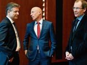 Suchen nach Erklärungen: Raiffeisen-Chef Patrik Gisel, flankiert vom gewesenen Verwaltungsratpräsidenten Johannes Rüegg-Stürm (rechts) und dessen Interimsersatz Pascal Gantenbein. (Bild: Walter Bieri/Keystone (Zürich, 9. März 2018))