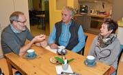 Diakon Urs Noser (Projektleiter «eggPunkt», von links), Valentin Filipin (Teamleiter Kaffee-Treff für Asylsuchende in Altstätten) und Magie Naef (Kaffee-Treff) intensivieren die Zusammenarbeit. (Bild: vdl)