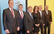 Stehen für den Erfolg zusammen: Die Verwaltungsräte der Clientis Bank Oberuzwil Ralph Wyss, Josef Hardegger, VR-Präsident Heinz Jost, Karin Bühler, Adrian Müller (Vorsitzender Geschäftsleitung) sowie Ernst Dobler-Harder (von links). (Bild: bn.)