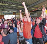 Die Fans bejubeln den Schweizer Ausgleichstreffer. (Bild: Ulrike Huber)