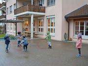 Anfang nächsten Jahres ziehen die beiden Kindergartenklassen vom Schlossgarten ins Schulhaus Brühlacker. (Bild: Urs Bänziger)