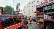 Drei Feuerwehren mit 60 Mann standen im Einsatz. Die Bienenstrasse war gesperrt. (Bild: Philipp Stutz)