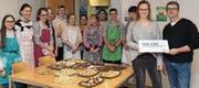 Anika Jäggi erhält 500 Franken von der Bemer-Hilft-Stiftung für ihr Backprojekt, bei dem ihre Mitschüler kräftig halfen. (Bild: pd)