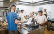 Im Personalrestaurant der Firma Schott arbeiten seit einem halben Jahr Flüchtlinge. (Bild: Urs Bucher)