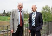 Alter und neuer Chef: Robert Baldinger (links) und Peter Gmünder vor dem Bioforce-Land. (Bild: Christof Lampart (Roggwil, 6. April 2017))