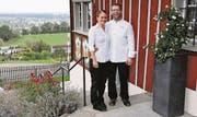 Gino Kobi und Ramona Eigenmann vom «Landhaus» freuen sich über 14 Gault-Millau-Punkte. (Bild: Susi Miara)