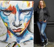 Tanja Strausak mit einem ihrer Bilder. (Bild: PD)