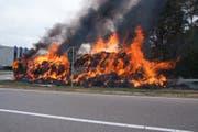 Der Lastwagen mit der Stroh-Ladung brannte vollständig aus. (Bild: Kapo/SG)