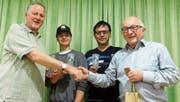 Präsident Basil Rainolter (links) gratuliert dem Tenor Hanspeter Kobelt (rechts) zum Ehrenmitglied und begrüsst als neue Vereinsmitglieder Silas Benz (Mitte, links) und Walter Trochsler (Mitte, rechts). (Bild: pd)