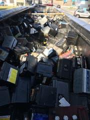Aus diesen Autobatterien trat Säure aus. (Bild: Zollverwaltung)