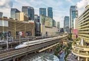 Ein Shinkansen-Hochgeschwindigkeitszug durchpflügt das Tokioter Einkaufs- und Vergnügungsviertel Ginza. (Bild: Getty (Tokio, 28. November 2012))