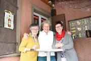 """Beatrice und Astrid Kläger (rechts), beide Gründungsmitglieder, sowie Conny Düggelin in der Mitte, die heute die Meute von """"Schrill underwägs"""" organisiert. (Bild: Urs M. Hemm)"""