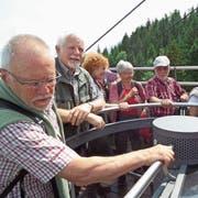 «Oben ohne» ging es mit der Gondel aufs Stanserhorn. Der Tiefblick musste berauschend sein. (Bild: PD)