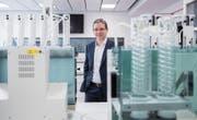 Roger Baumann, Chef der Büchi Labortechnik AG, inmitten von Gerätschaften des Unternehmens. (Bild: Urs Bucher (Flawil, 6. Februar 2018))