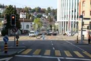 Wegen des Unfalls kam es auf der Geltenwilenstrasse zu Verkehrsbehinderungen. (Bild: Stapo SG)