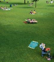 Vereinzelte Badegäste geniessen die Sonne im Freibad Gossau. An Spitzentagen im Juni tummelten sich dagegen über 2200 Gäste auf der Badiwiese. (Bild: Coralie Wenger)