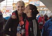 Spontanes Küsschen von Katrin Bünter für die neue EVM-Vereinsmeisterin Christina Niederer. (Bild: Lucia Frei)