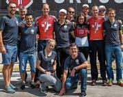 Die beiden Cha-Cha-Teams posieren mit ihren Helfern, die beiden Schweizer Meister mit dem entsprechenden Shirt. (Bild: pd)