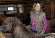 Claudia Schmidli zu Hause in ihrem Stall, in dem zwei Ponys und eine Ziege untergebracht sind. (Bild: Andrea Häusler)