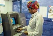 Automaten in Gefahr: 86 Prozent des Bargelds wurden in Indien für ungültig erklärt. (Bild: Shaukat Ahmed/Getty (Ajmer, 16. November 2016))