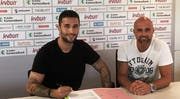 Torhüter Dejan Stojanovic und FCSG-Trainer Giorgio Contini bei der Vertragsunterzeichnung. (Bild: PD)