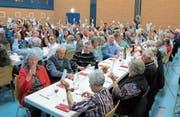 601 zufriedene Raiffeisen-Genossenschafterinnen- und Genossenschafter zeigten mit erhobener Stimmkarte ihre Zustimmung. (Bilder: Maya Seiler)
