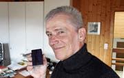 Peter Bützer machte sich zunächst daran, herauszufinden, wie das Mittel aufzutragen ist. Es war eine Anwendung auszutüfteln, die so gut ist, dass seine Skiwachs-Alternative auf dem Skibelag wunschgemäss haften bleibt. (Bild: Gert Bruderer)