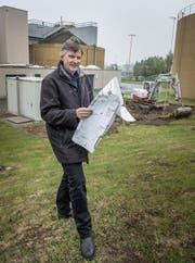 Betriebsleiter Hanspeter Bauer auf dem Areal der ARA Hofen, wo der Neubau geplant ist. (Bild: Ralph Ribi)