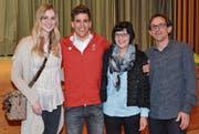 Joel Gisler mit seinen Eltern Ursula und Kurt sowie Freundin Michèle, einer Jonschwilerin, beim Empfang am Dienstagabend im Mehrzweckgebäude in Libingen. (Bilder: Beat Lanzendorfer)