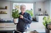 Jürg Brunner in der Küche seines Hauses an der Aeplistrasse im Heiligkreuz-Quartier. (Bild: Jil Lohse)