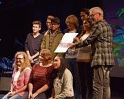Das d(ich)-Redaktionsteam mit Richa Huber (links) und den anderen Finalisten des Wettbewerbs neben Regierungsrat Martin Klöti (rechts). (Bild: Stephan Sigg)