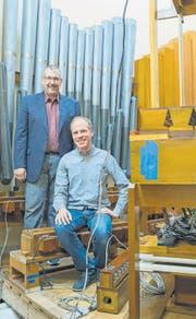 Bald werden die Pfeifen klingen: Restaurator Jeff Weiler und Organist Bernhard Ruchti. (Bild: Coralie Wenger)