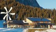 Das Berggasthaus Gamplüt in Wildhaus setzt auf eine Windturbine und Fotovoltaik. Die beiden Anlagen decken etwa 48 Prozent des gesamten Energiebedarfs. (Bild: Schweizer Solarpreis 2017)