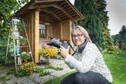 Yvonne Aldrovandi macht täglich einen Rundgang durch ihren Garten. Meist ist auch ihre Nikon D5 mit dabei. (Bild: Ralph Ribi)