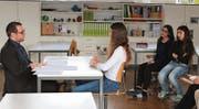 Ein Mitglied der Junior Chamber International Toggenburg (links) führt mit einer Schülerin ein Testbewerbungsgespräch durch. Die anderen geben anschliessend Feedback. (Bild: Jeannette Ringger)