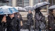 Der Winter feierte Ende April in St. Gallen seine späte Dernière – oder sein frühes Début: In der Stadt gab's ein Verkehrschaos. (Bild: Urs Bucher (St. Gallen, 28. April 2017))