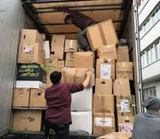 Mitglieder von aid hoc verladen die Kleider in Zürich (Bild: PD/aid hoc)