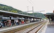 Wartende Passagiere im Bahnhof Wattwil. Wattwil ist der grösste Bahnhof im Toggenburg. (Bild: Martin Knoepfel)