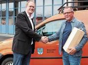 Gemeindepräsident Philipp Scheuble (l.) gratulierte dem Gemeindewerkmeister-Stellvertreter Hubert Schneider. (Bild: gk)