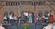Das Ensemble The Blues Symphony mit den Gesangssolisten Aaron Lordson, Diana Petrova und Barbara Cramm (v. l.) begeisterte am Samstagabend in der Heerbrugger Schlossremise. (Bild: j)