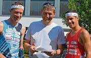 Mosnangs Schulleiter Kilian Imhof hat Daniel (links) und Martin Hubmann einem letzten Test unterzogen. (Bild: Urs Huwyler)