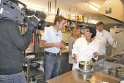 Restauranttester Daniel Bumann (links) in der «Rank»-Küche mit Köchin Anna Maria Birkner, Angélique Bucher und Ralph Hellmann. (Bild: Susi Miara)
