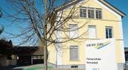 Um den Bedarf an zusätzlichem Schulraum decken zu können, ist auf dem Areal der Primarschule Herrenhof ein Erweiterungsbau geplant. Bis zu dessen Fertigstellung soll ein Bürocontainer als Provisorium dienen. (Bild: Zita Meienhofer)