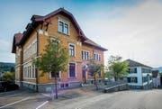 Die beiden über 100-jährigen Schulhäuser an der Wittenbacher Dorfstrasse sind fürs Ortsbild von Bedeutung. (Bild: Urs Bucher)