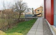 Die Erweiterung der Heizzentrale bei den St. Margrether Alterswohnungen (rechts im Bild) würde diesen Bereich einnehmen. (Bilder: Carmen Kaufmann)